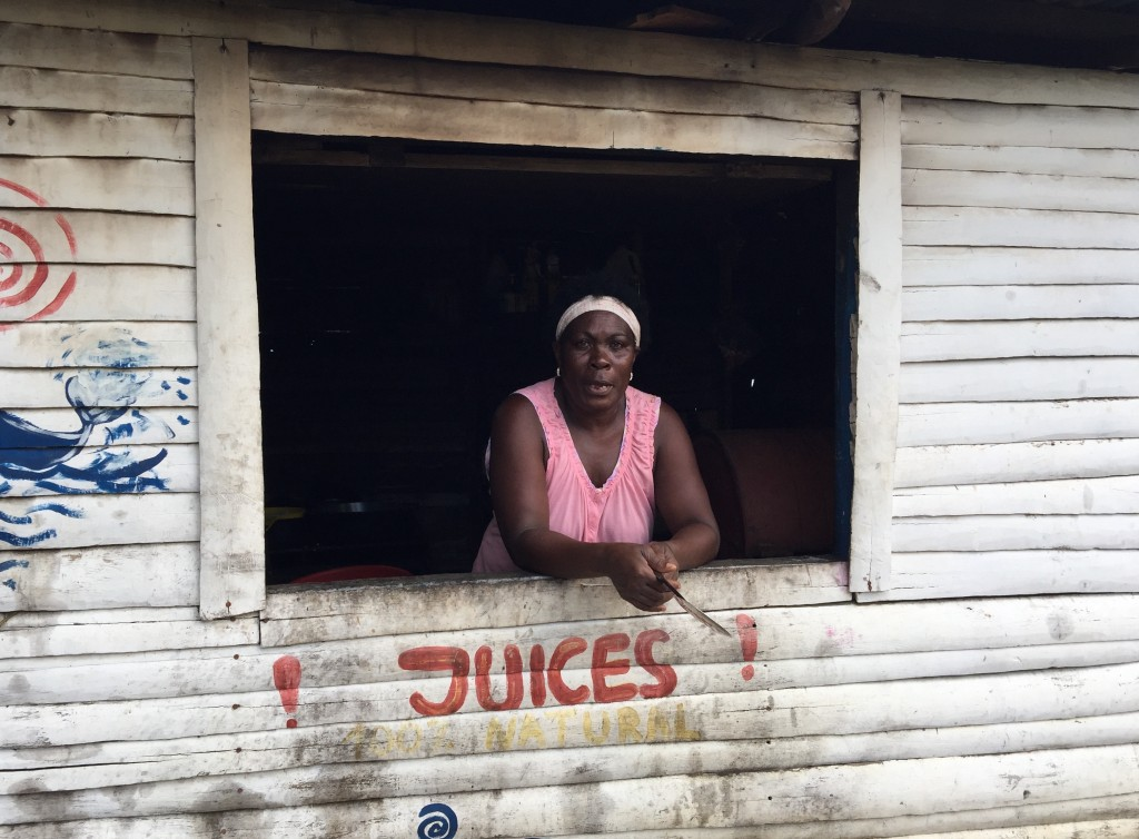 dominicana vendiendo jugos